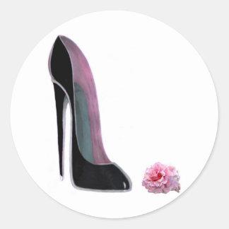 Zapato negro del estilete y subió etiquetas redondas