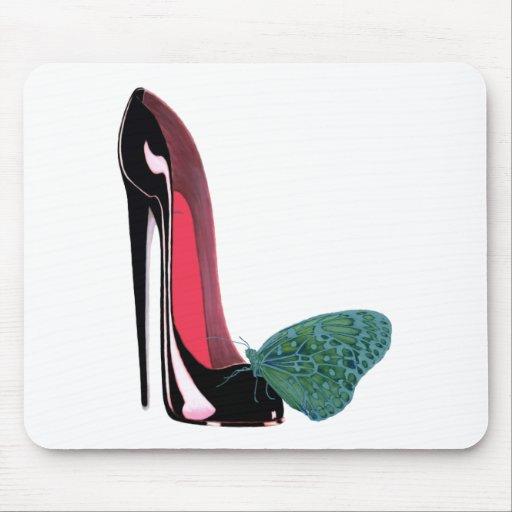 Zapato negro del tacón alto del estilete y maripos tapetes de ratones