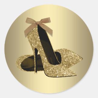 Zapato negro del tacón alto del oro pegatina redonda