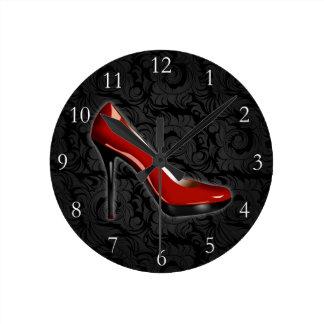 Zapato rojo descarado reloj redondo mediano