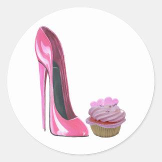 Zapato rosado del estilete y magdalena rosada con pegatina redonda
