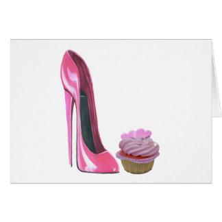 Zapato rosado del estilete y magdalena rosada con tarjeta de felicitación