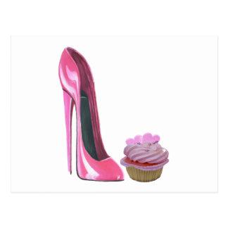 Zapato rosado del estilete y magdalena rosada con tarjeta postal