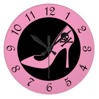 Zapato rosado del tacón alto del cráneo reloj redondo grande