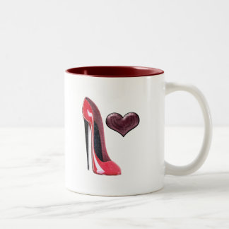 Zapato y corazón rojos del estilete taza