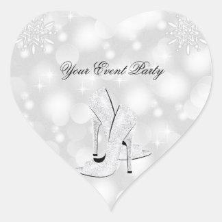 Zapatos blancos del tacón alto de la plata del pegatina en forma de corazón