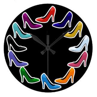 Zapatos coloridos del tacón alto reloj