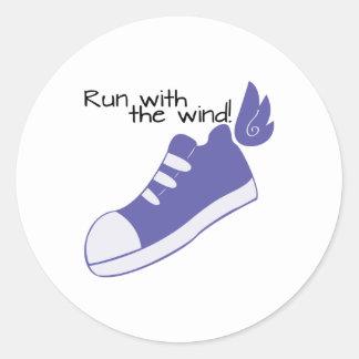 ¡Zapatos cons alas funcionados con con el viento! Pegatina Redonda