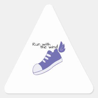 ¡Zapatos cons alas funcionados con con el viento! Pegatina Triangular