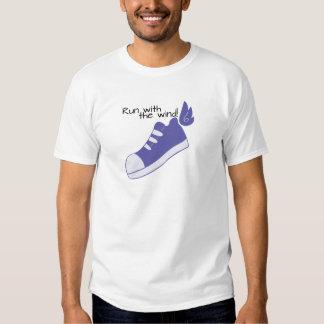 ¡Zapatos cons alas funcionados con con el viento! Remera