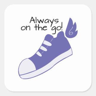 ¡Zapatos cons alas siempre en camino! Pegatina Cuadrada
