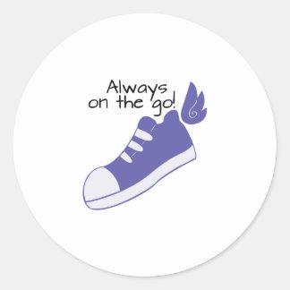 ¡Zapatos cons alas siempre en camino! Pegatina Redonda