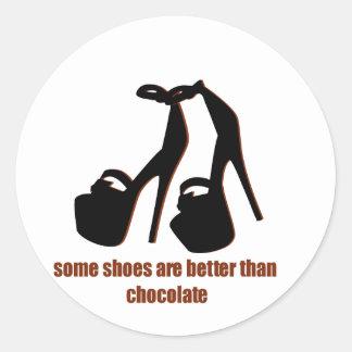 Zapatos contra gráficos divertidos del chocolate etiquetas redondas