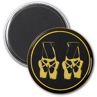 Zapatos de dedo del pie del ballet en fondo negro imán redondo 5 cm