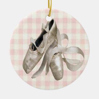 Zapatos de la bailarina adorno navideño redondo de cerámica