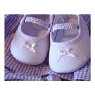 Zapatos de los botines del bebé de la lavanda del plantilla de membrete