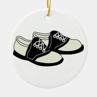 Zapatos de silla de montar adorno navideño redondo de cerámica