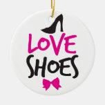 Zapatos del amor con el pequeño arco lindo adorno navideño redondo de cerámica