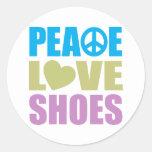 Zapatos del amor de la paz etiqueta redonda