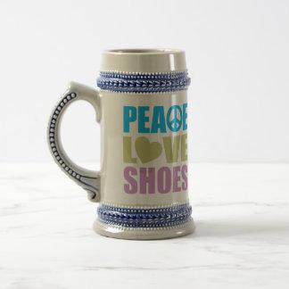 Zapatos del amor de la paz jarra de cerveza