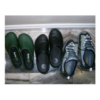 Zapatos en vestíbulo postal