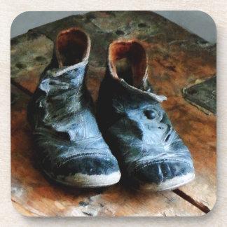 Zapatos pasados de moda posavasos de bebida