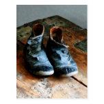 Zapatos pasados de moda postal