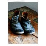 Zapatos pasados de moda tarjeta