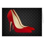zapatos rojos del tacón alto tarjeton