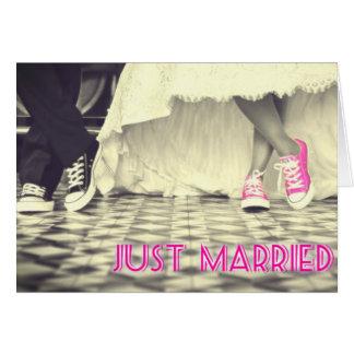 Zapatos rosados lindos apenas casados tarjeta de felicitación