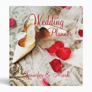 Zapatos y rosas que casan la carpeta del