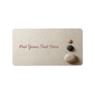 ZENES Stone coloridos en fondo de la arena Etiqueta De Dirección