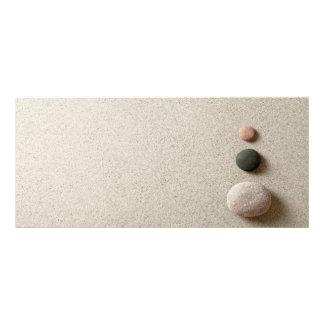 ZENES Stone coloridos en fondo de la arena Tarjetas Publicitarias