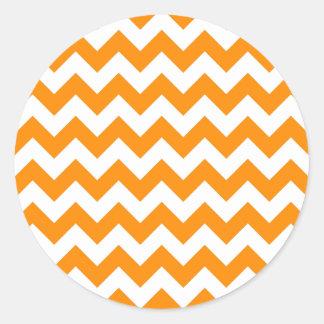Zigzag anaranjado oscuro pegatina redonda