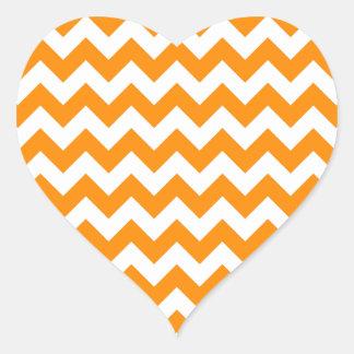 Zigzag anaranjado oscuro pegatina en forma de corazón