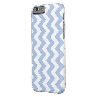 Zigzag azul claro y blanco vertical funda de iPhone 6 barely there