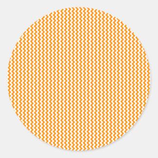 Zigzag - blanco y anaranjado oscuro pegatina redonda