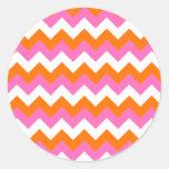 Zigzag blanco y anaranjado rosado pegatina redonda