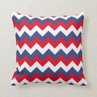 Zigzag blanco y azul rojo cojín