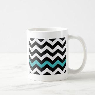Zigzag blanco y negro clásico con azul claro taza clásica