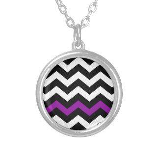 Zigzag blanco y negro clásico con púrpura colgante redondo