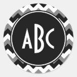 Zigzag blanco y negro gris con monograma pegatina redonda