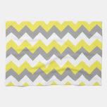Zigzag gris y blanco 2 del narciso toalla de cocina