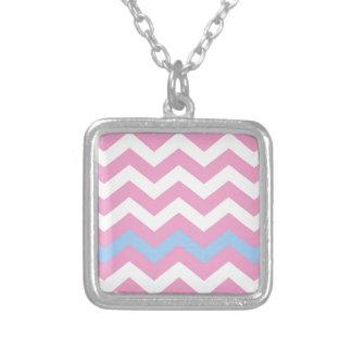 Zigzag rosado y blanco con la frontera azul clara colgante cuadrado