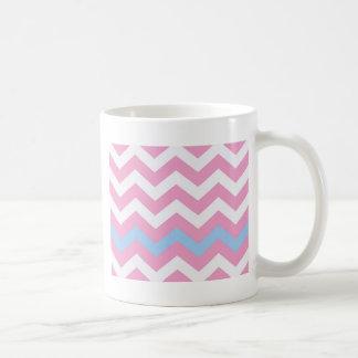 Zigzag rosado y blanco con la frontera azul clara taza clásica