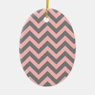 Zigzag rosado y gris adorno navideño ovalado de cerámica