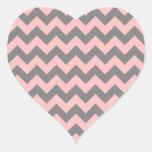 Zigzag rosado y gris pegatina en forma de corazón