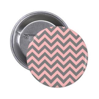 Zigzag rosado y gris pin redondo de 2 pulgadas