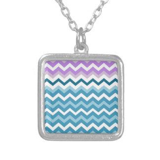 Zigzags azules y blancos de Chevron confinado Colgante Cuadrado
