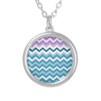 Zigzags azules y blancos de Chevron confinado Colgante Redondo